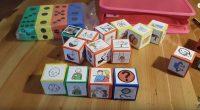 Material para trabajar la morfosintaxis de una forma manipulativa y ludica, a través de la utilización de varios cubos en los que se adhieren los distintos pictogramas organizados por categorías […]